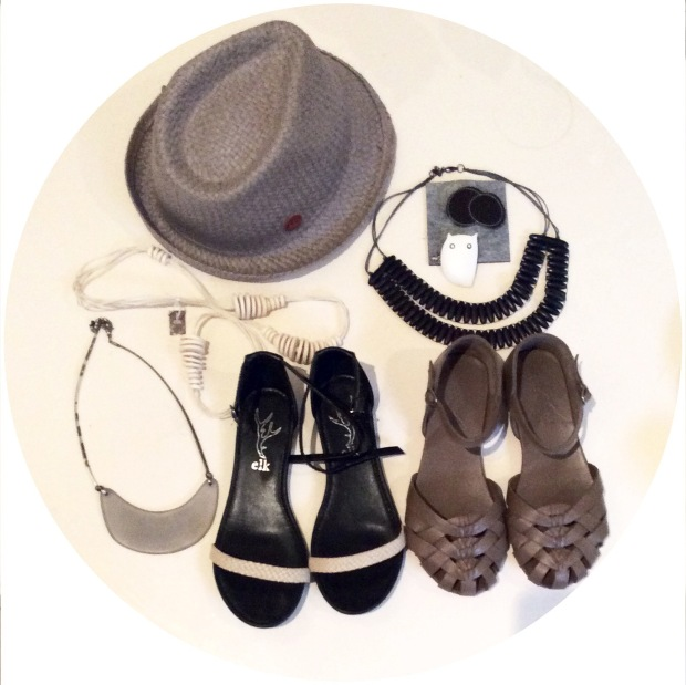two pairs of shoes, 3 necklackes, a hat and two brooches ...